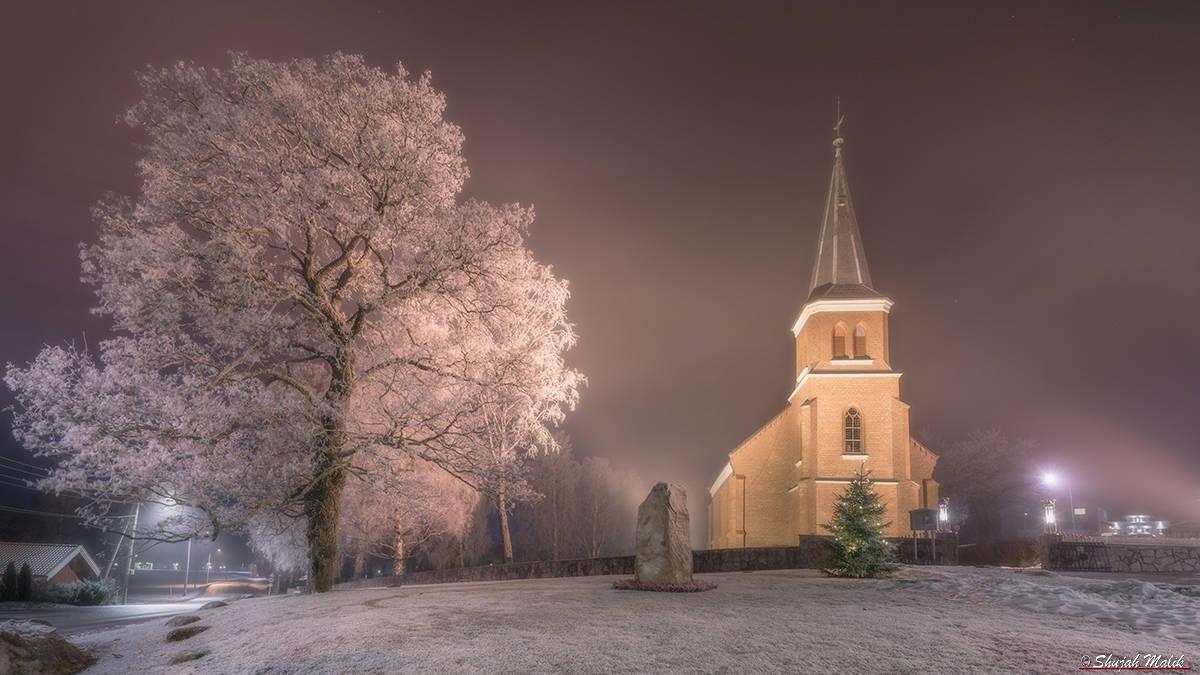 skoger-kirke-i-frost