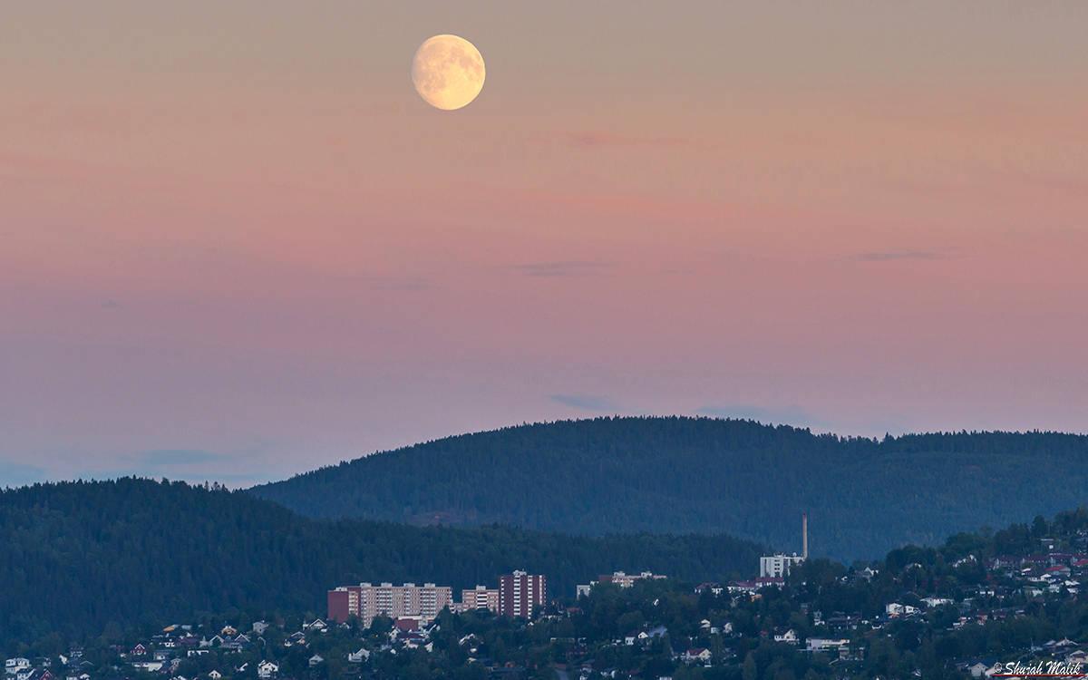 Stor maane over Fjell